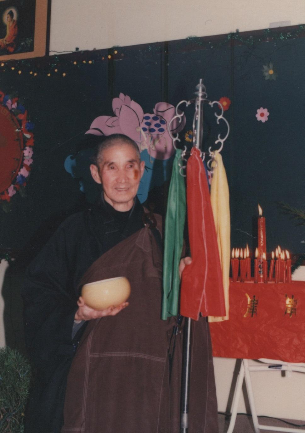 老和尚生日,惠生法師為老和持鉢、杖。
