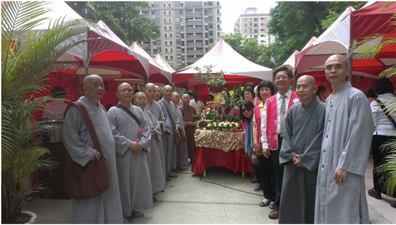 惠廣法師(右二)參與北大特區浴佛法會