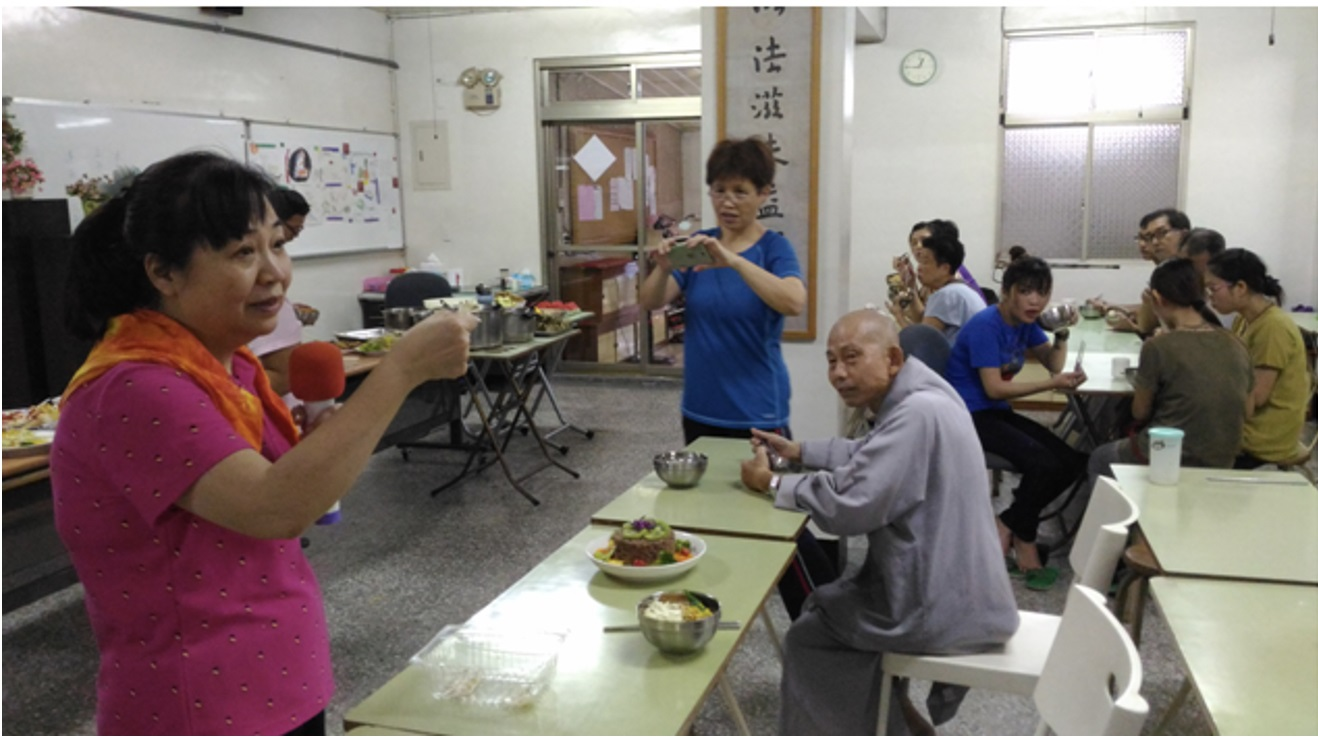 惠廣法師(中)指導大觀精舍素食健康講座
